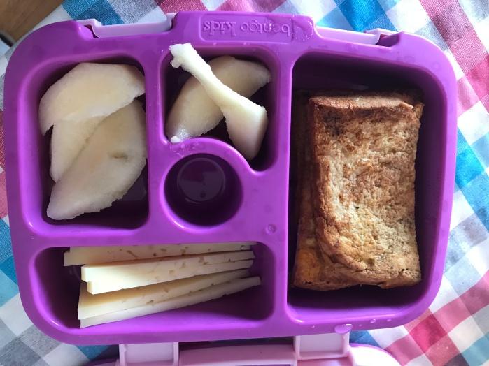super lonchera con queso, pera y tostada francesa