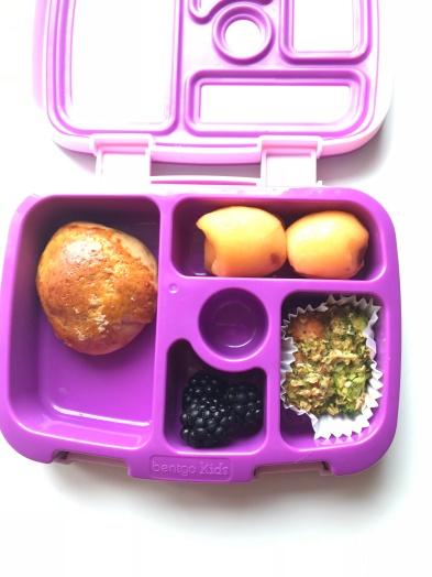 lonchera con panecillo integral, moras nisperos yun muffin