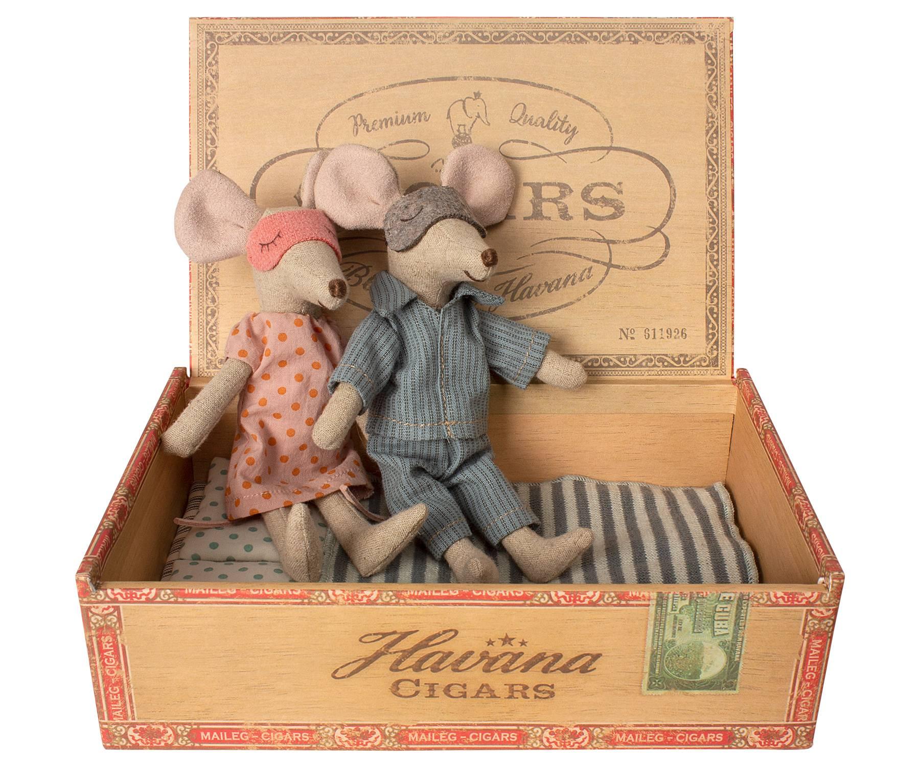 ratoncitos-mama-y-papa-en-caja-maileg